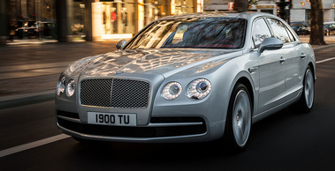 Bentley Flying Spur V8 - grise - 3/4 avant gauche dynamique